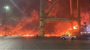 杜拜最大港口大爆炸!郵輪貨櫃變巨型衝天火球 25公里外房屋也在震