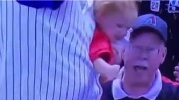 老爸鬆手接棒球!女兒秒變自由落體 驚險13秒片曝