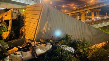 快訊/台64大貨車「從5米高墜落」 司機拋飛無生命跡象