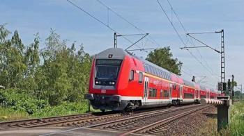 31歲女過平交道「邊滑手機」慘遭電車撞飛慘死