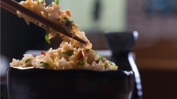 夾女友碗裡的「獅子頭」 他筷子被打掉嗆:像狗一樣護食