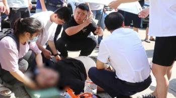 郵差中暑暈倒!女學生跪地救人「膝蓋燙傷一片紅」