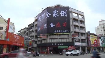 一怨懟、一感恩!2看板隔300米 要疫苗PK、祝福台灣