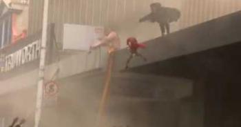 母女遇大火受困!她2樓棚架拋下孩子 驚險瞬間全都錄