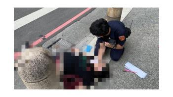 新北68歲婦突昏倒路邊 2員警衝過街CPR救命