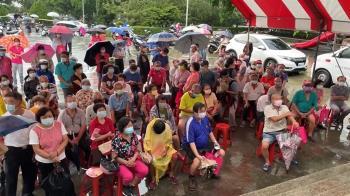 南投拚施打率 接種站湧人潮又下雨變群聚