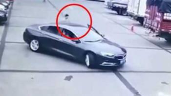 女駕駛倒車慣性「探頭看後方」 竟撞死自己…丈夫也受傷