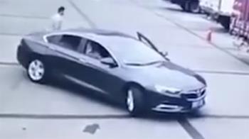 女駕駛探頭倒車!下秒把自己撞死 夫目睹崩潰
