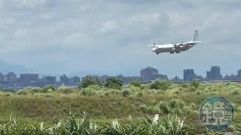 外交快遞又敲門 美國C130運輸機悄抵桃機載貨