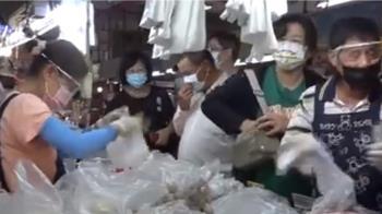 微解封搶「放風」 布袋觀光漁市擠滿人潮搶採買