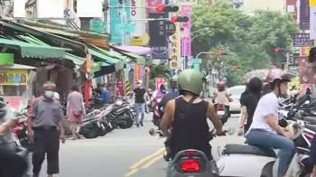 「微解封」人潮回流 木新市場警駐守、平日彈性分流
