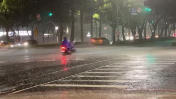 高雄夜空雷雨交加 美濃、仁武雨量破百毫米