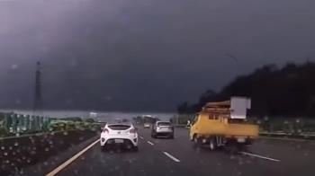 國道「掉落輪胎」成暗器 工程車180度甩尾險翻覆