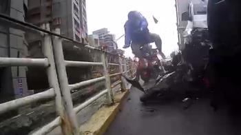 外送員噴飛驚悚一瞬間!停紅燈遭貨車夾殺 機車擠爛成廢鐵