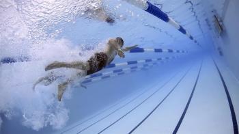 衝浪可以游泳不行?陳時中「海裡不會感染」 網傻眼:邏輯死去