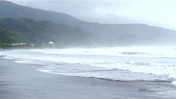 烟花逼近!宜蘭飄零星風雨 烏石港沿岸捲長浪
