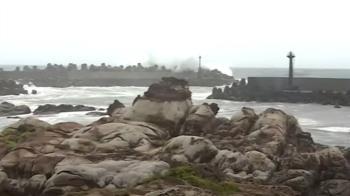 颱風夾大雨襲東北角 海岸線出現逾一層樓高大浪