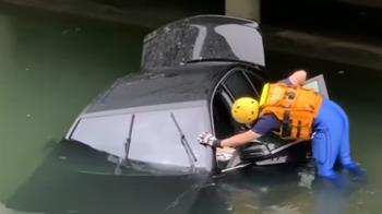 轎車颱風天逆向直衝!撞破護欄墜柳川 駕駛失蹤