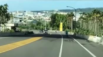 不要命!轎車「S型」跨雙黃線 機車道違規超車