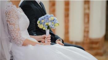 婚禮變加班現場!新郎低頭抱筆電 新娘笑著笑著就哭了