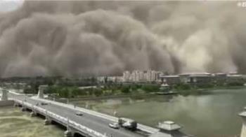 甘肅敦煌捲起「沙塵牆」漫天黃沙蔓延百尺…城市遭到吞噬