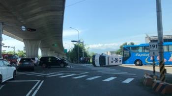 快訊/宜蘭救護車出勤被撞翻 1救護員受傷送醫