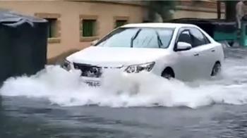 雨彈狂炸!台南地下道水淹60公分 汽車拋錨泡水中