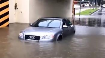 雨彈狂炸!台南市區多處慘淹 汽車地下道拋錨泡水