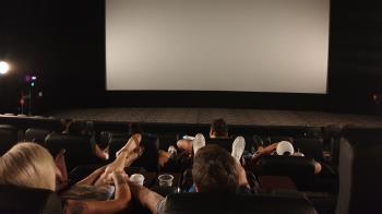 網紅帶18歲正妹約會看電影 遭槍擊「頭部中彈」雙雙慘死