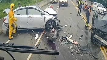 砂石車駕駛稱「打滑」 台64轎車遭追撞、1人骨折送醫