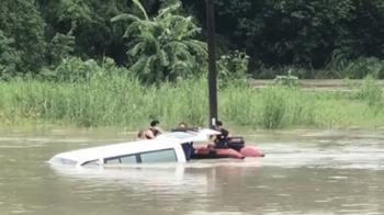 驚險!台南復康巴士送老人做復健 路上突被沖進野溪