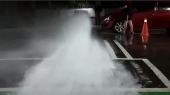 豪宅大樓消防水柱狂噴 橫跨道路出動交管