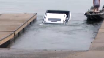記者連線一半背後出事了 200萬皮卡25秒沉入湖中全錄下