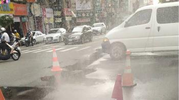 路崩壓壞管線!台南東區瓦斯外洩 消防員噴水稀釋