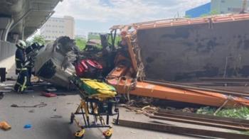 快訊/嚴重車禍!大型吊臂車翻下國道 轎車後半段全毀