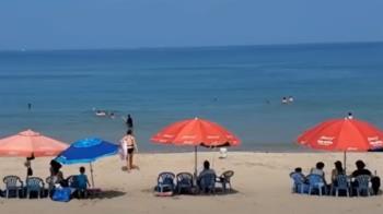 獨/萬里海水浴場遊客爆滿 直擊上岸未戴口罩