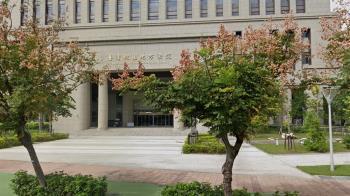 好痛!桃園法官當庭拿「鐵棒敲頭」認定凶器重判竊賊
