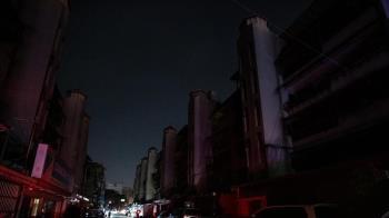 大陸多地限電!馬路超黑「靠車燈照明」民眾走夜路慘摔