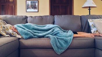 夫「躺沙發、滑手機」喊不舒服 人妻一招解:問題出在安全感