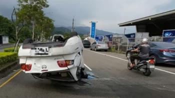 無照駕駛又滑手機 夫載妻自撞翻車殃4轎車
