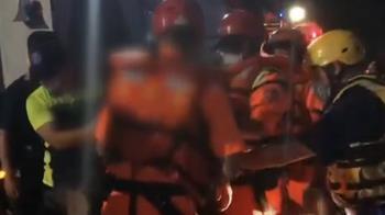 一家3口搭充氣艇漏氣困礁石 海巡人員急救援