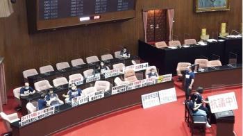 藍委再度占領議場官員席 繼續杯葛院會議事