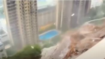 獅子山颱風襲香港 暴雨黃泥水湧入公車