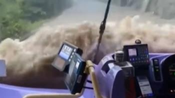 獅子山颱風襲香港 積水湧入公車車廂