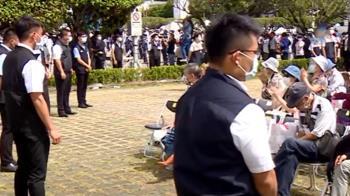 蔡總統一登場 整排維安「雙手交叉」盯觀禮民眾