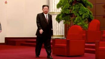 健康出狀況? 金正恩穿西裝配涼鞋走紅毯