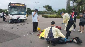 高中生騎車闖紅燈!衝撞高鐵公車 大腿骨噴出