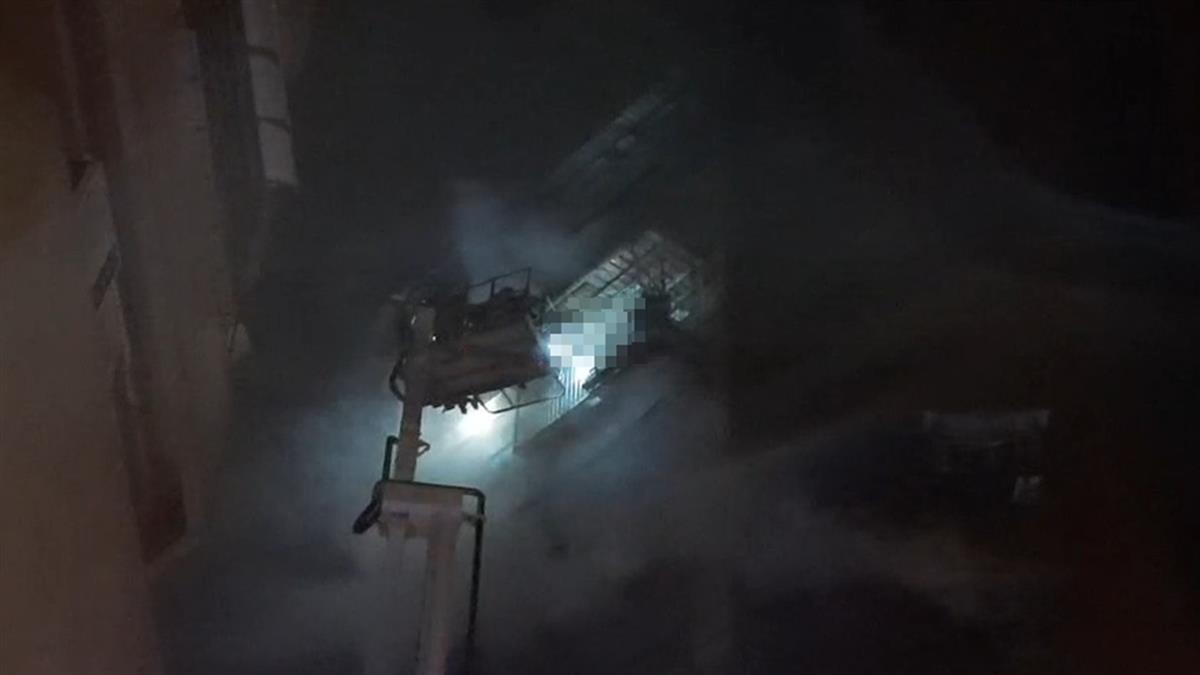 高雄鹽埕大樓深夜惡火 受困民眾「窗邊持手機揮舞」求援