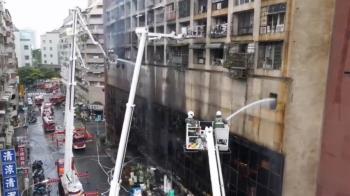 高雄城中城大火32傷8命危!他第一時間拿水管救火…身分曝光