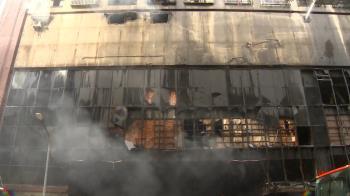 高雄城中城惡火重大突破 警消在一樓發現「燒焦香爐」